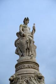 Fontaine de l'Hôtel de ville d'Évreux, inaugurée en 1882, et blason de la ville. La dame avec la rame, c'est l'Eure, et les deux gosses, c'est l'Iton et le Rouloir, ses affluents. Je vous dirais bien que celui de gauche a le ventre gonflé parce que la rivière sort souvent de son lit, mais apparemment c'est assez rare...