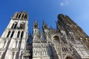 La Cathédrale Notre-Dame de Rouen, ciselée sur ciel bleu.